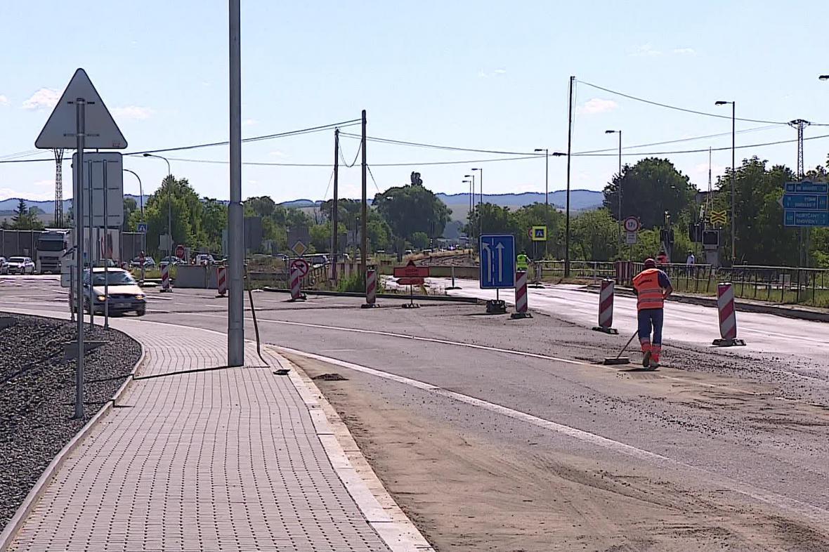 Rekonstrukce silnice a křižovatky v Nesovicích jde do finále