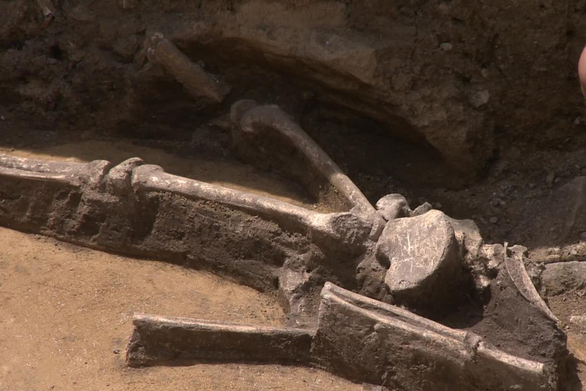 Kostra dítěte pochází podle archeologů z doby bronzové