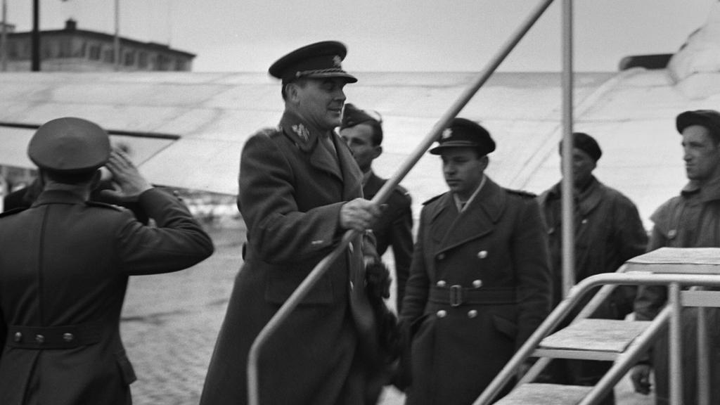 Heliodor Píka nastupuje do letadla a odjíždí do Londýna (1947)
