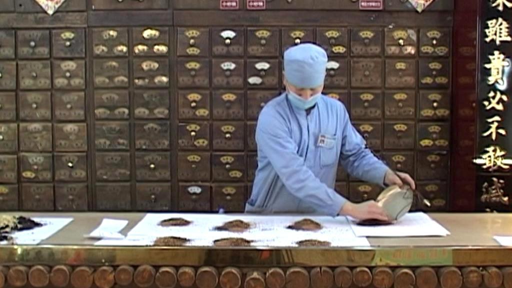 Příprava balíčků s tradiční čínskou medicínou