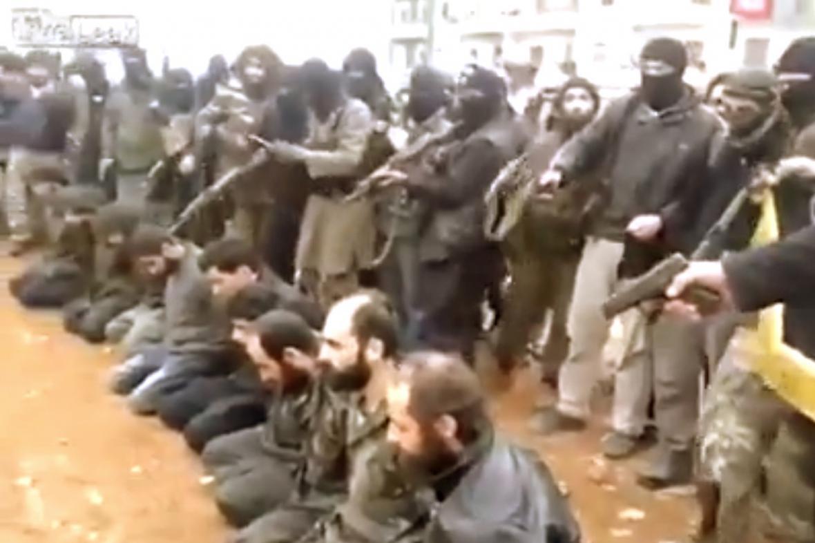 Radikálové z ISIL zveřejnili záběry popravy iráckých vojáků
