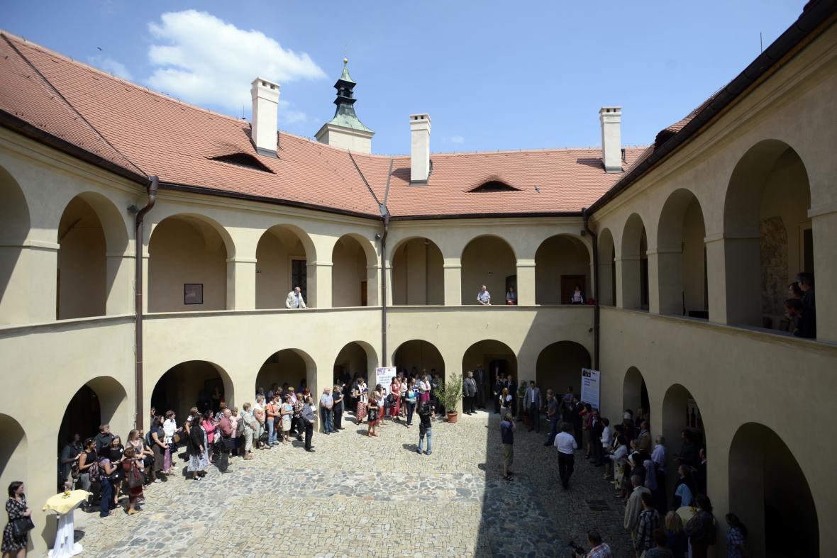 Zámek v Roztokách u Prahy se opět otevřel pro veřejnost