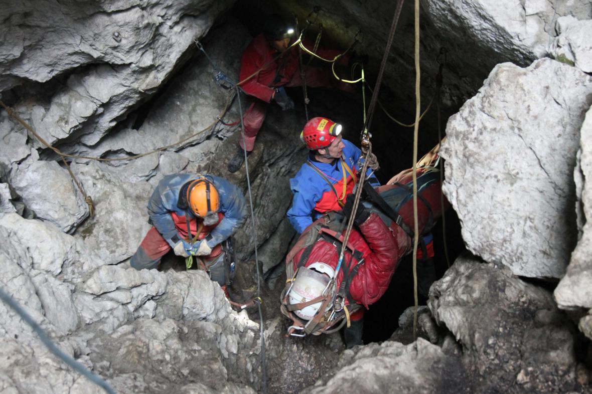 Záchranáři vynášejí speleologa Johanna Westhausera
