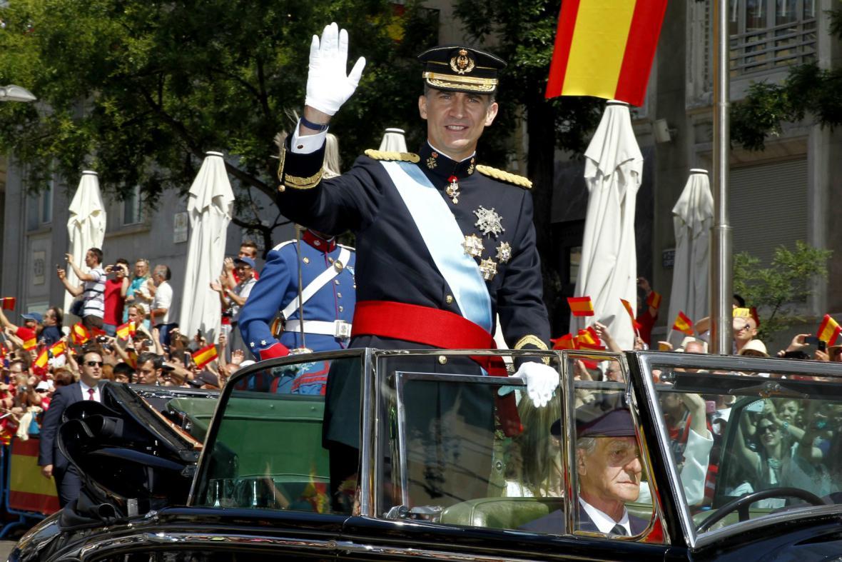 Novopečený král projel Madridem