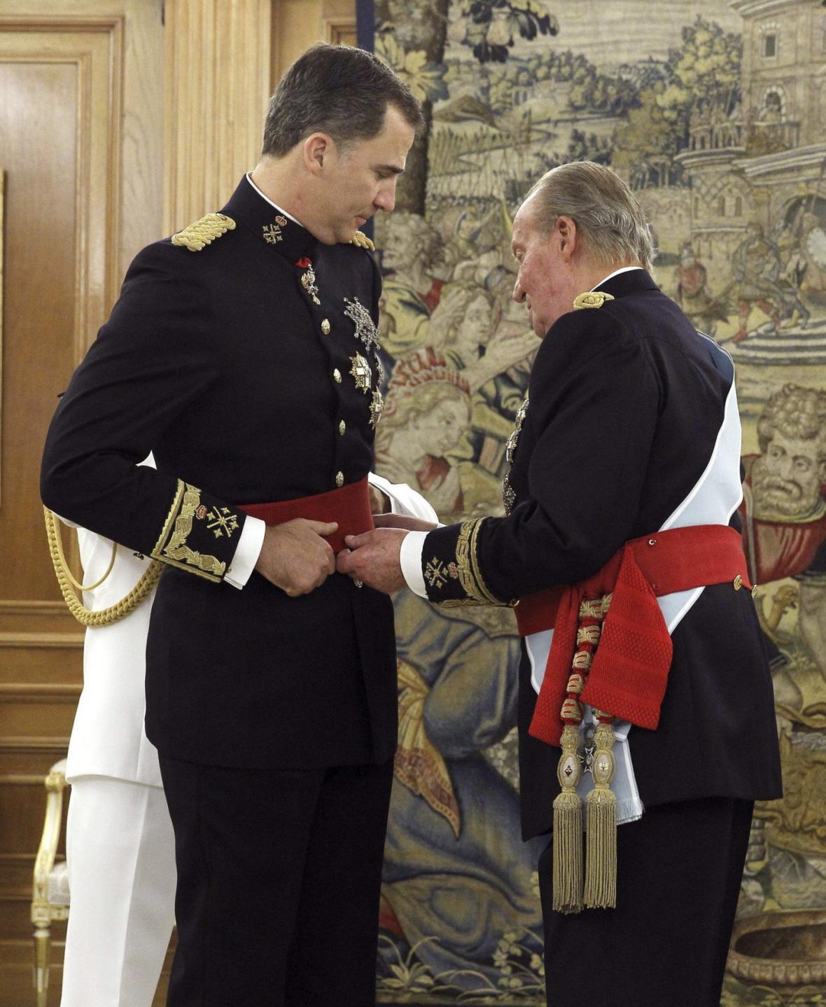 Juan Carlos předal Filipovi červenou šerpu signalizující funkci velitele ozbrojených sil