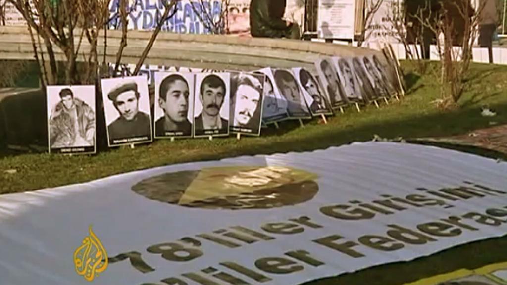 Portréty obětí turecké junty před budovou soudu