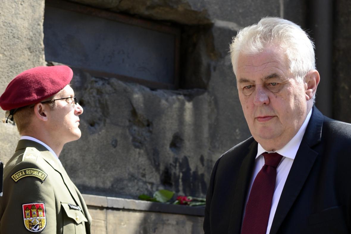 Miloš Zeman při pietě za padlé parašutisty