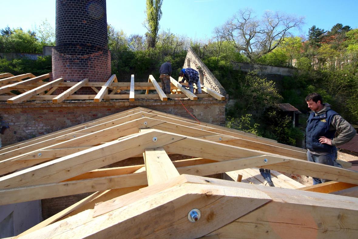 Roudnický pivovar už má provizorní střechu