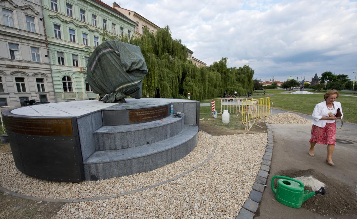 Přípravy na odhalení památníku československým letcům na pražském Klárově