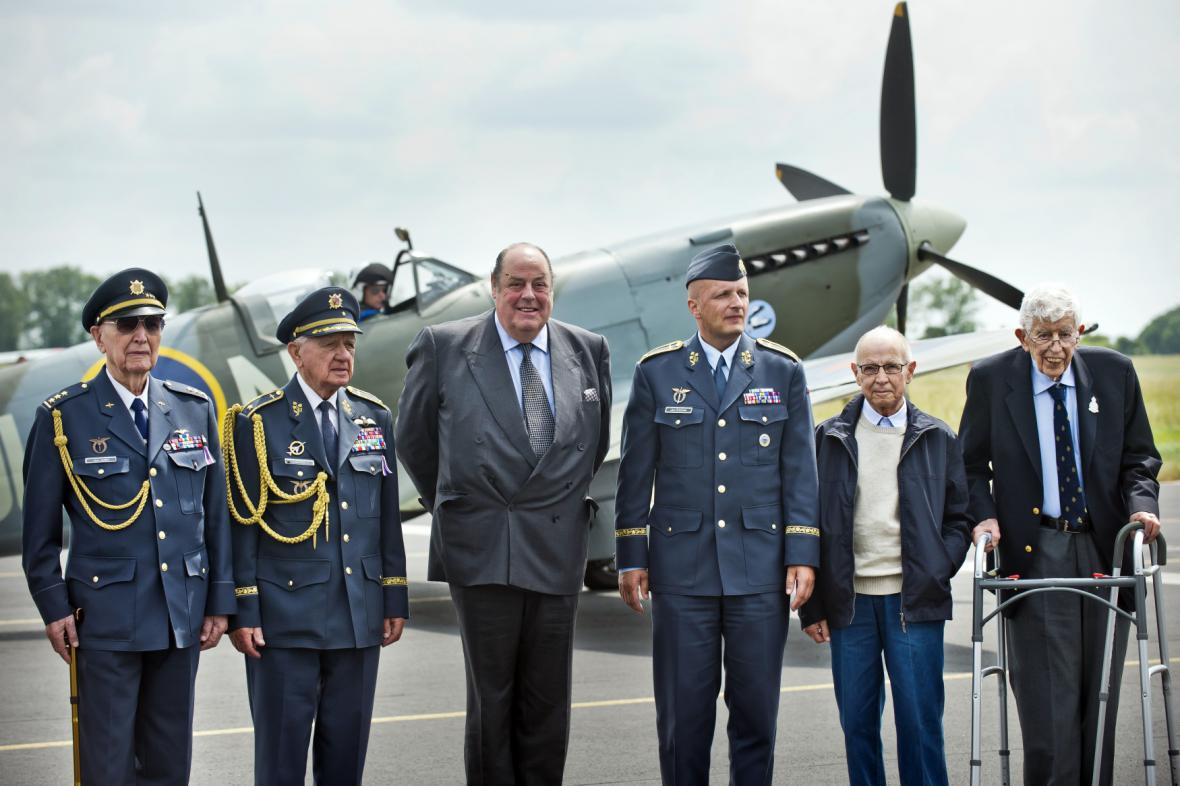 Účastníci odhlalení památníku letcům RAF