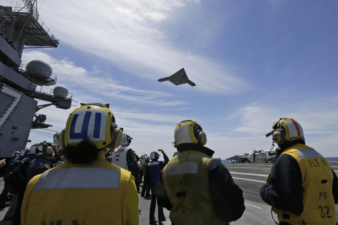 Start bezpilotního letounu z USS George W. H. Bush