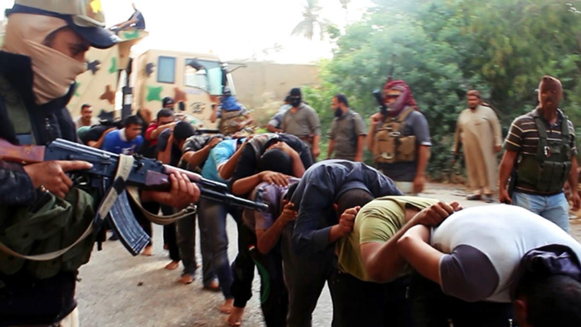Snímek radikálů z ISIL, který má zobrazovat popravu iráckých vojáků