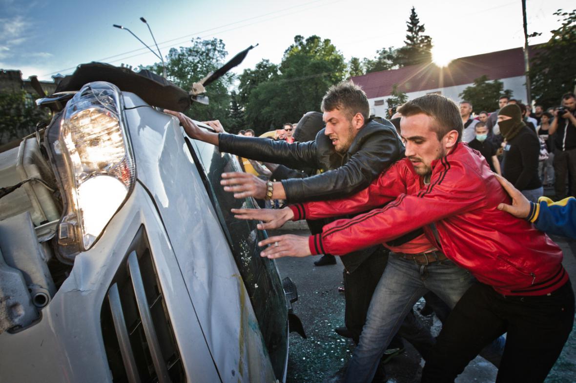 Násilný protest před ruskou ambasádou v Kyjevě