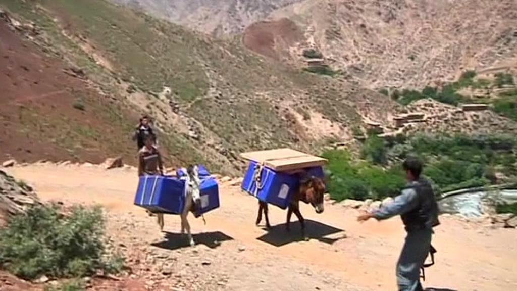Volební urny v Afghánistánu transportují do odlehlých míst oslíci