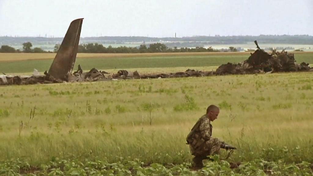 Ukrajinští vojáci u letadla sestřeleného separatisty v Luhansku