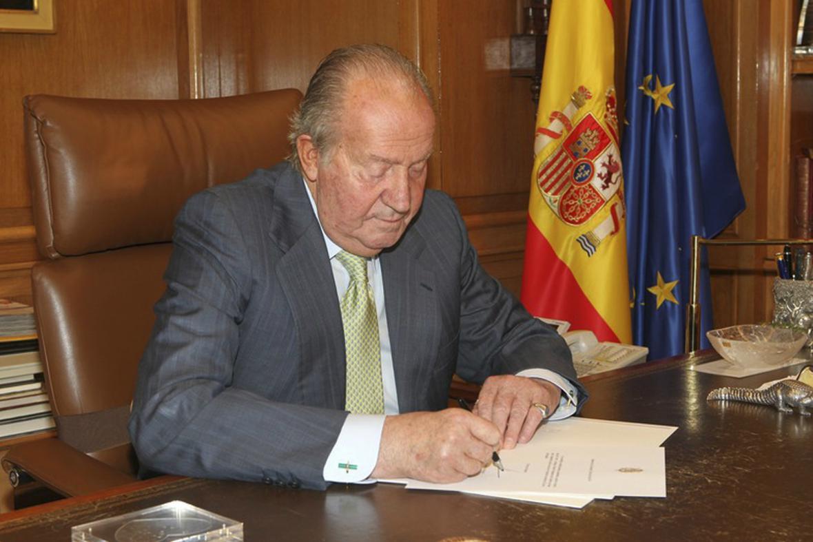 Juan Carlos podepisuje abdikační listiny