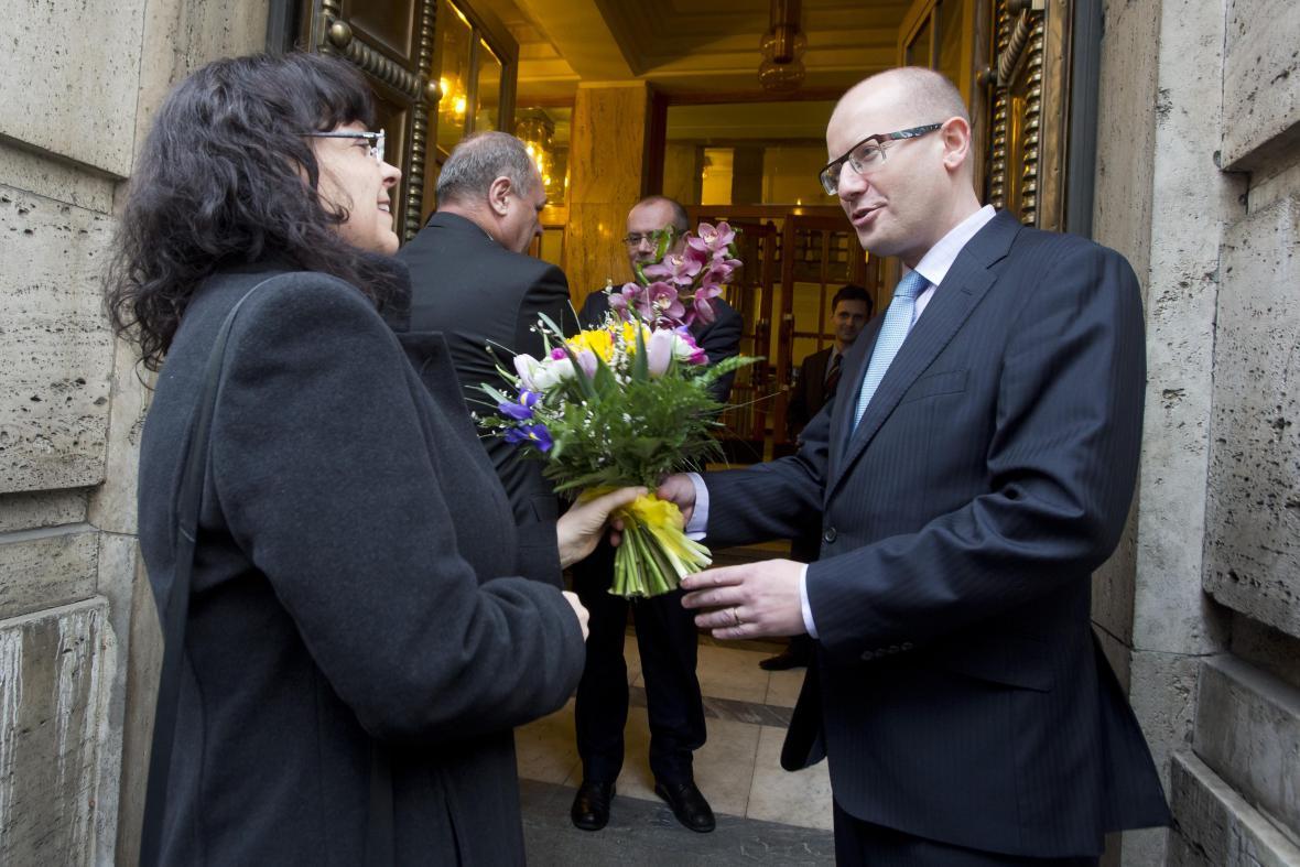 Premiér Sobotka předává kytici Michaele Marksové-Tominové