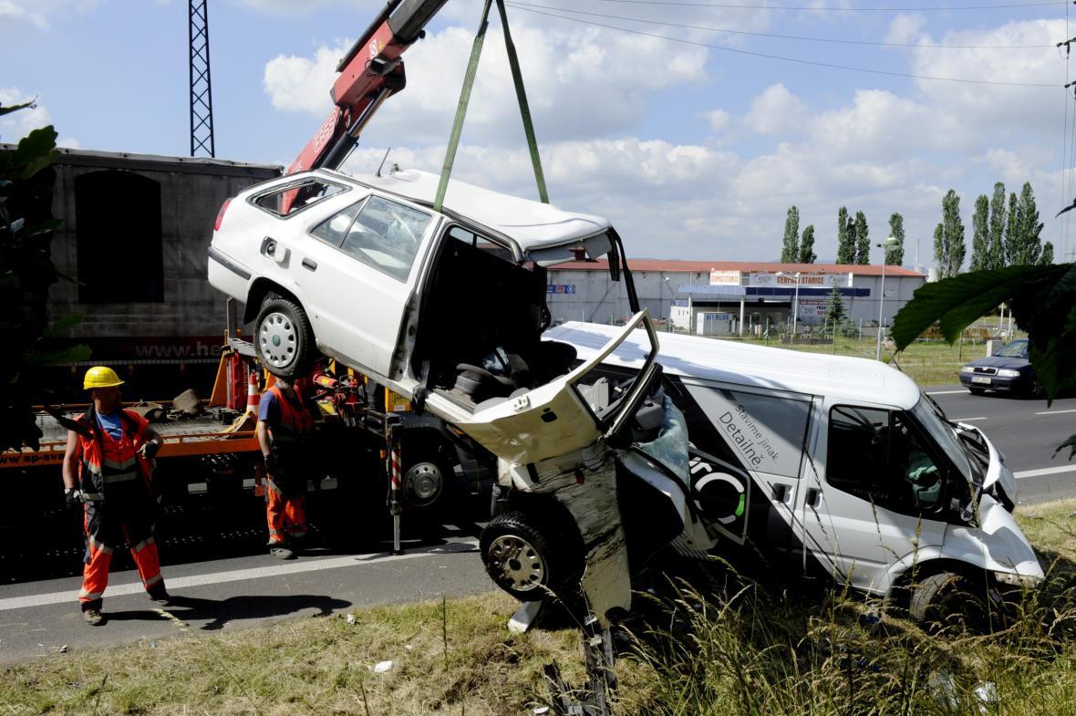 Hromadnou nehodu u Málkova nepřežil jeden člověk