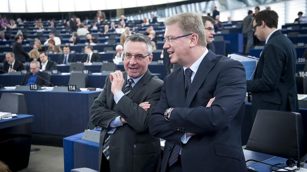Jan Zahradil z frakce ECP v diskusi s eurokomisařem Štefanem Fülem