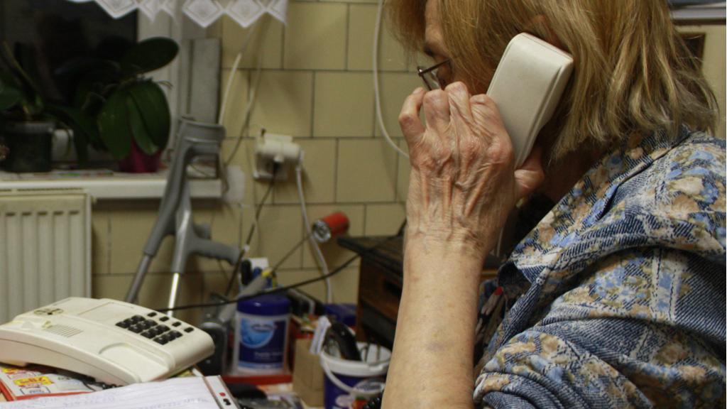 Telefonující důchodkyně