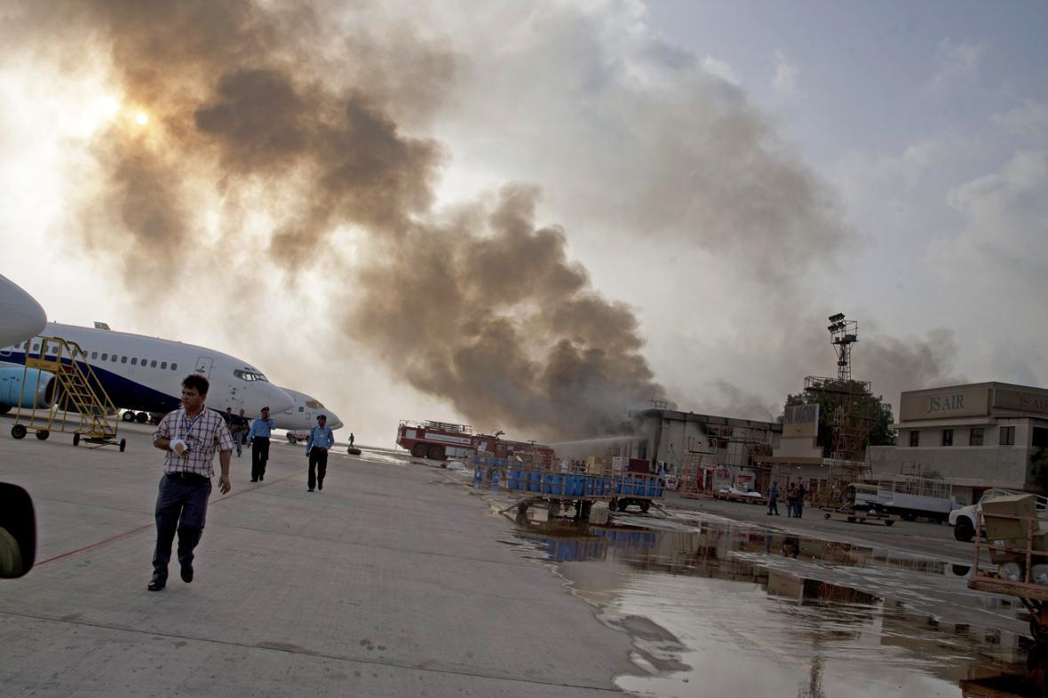 Útok Talibanu na letiště v Karáčí