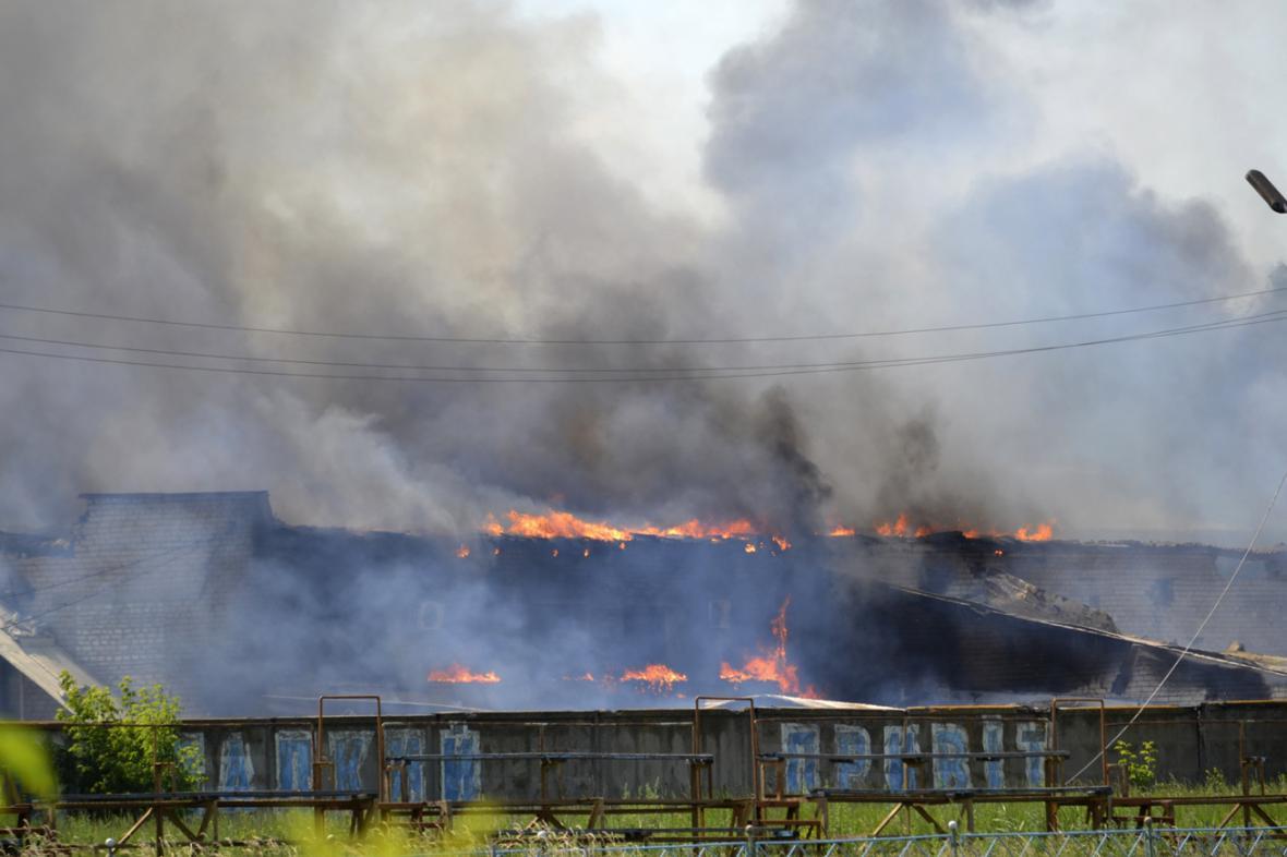 Hořící továrna ve Slavjansku