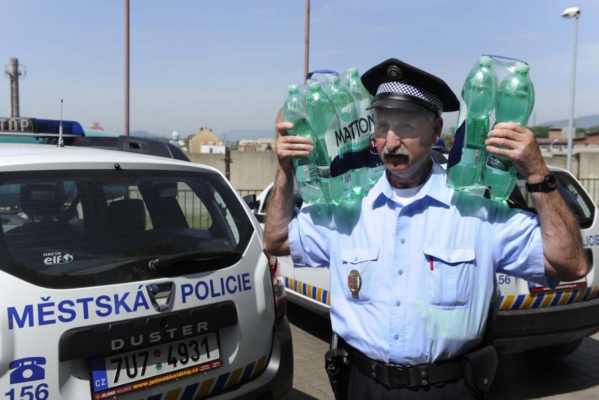 Vedro - policisté se zásobují tekutinami