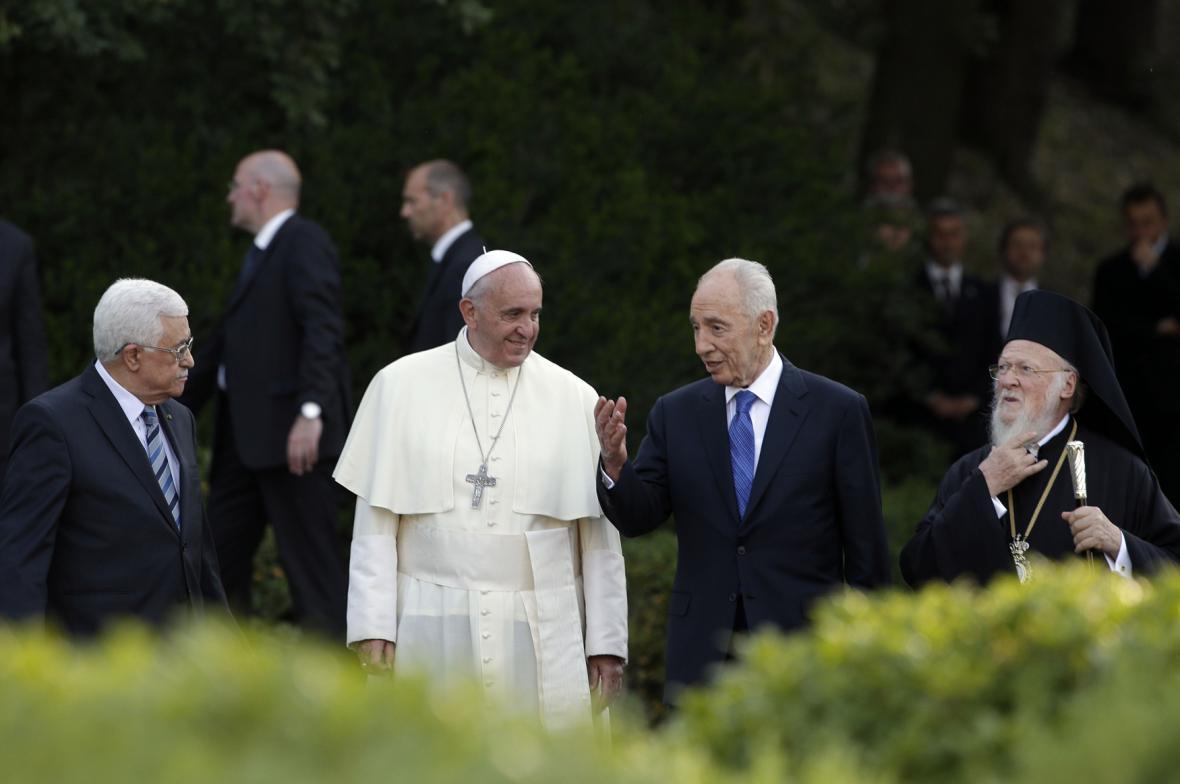 Mahmúd Abbás (vlevo), papež František (uprostřed) a Šimon Peres (vpravo) při společném setkání ve vatikánských zahradách