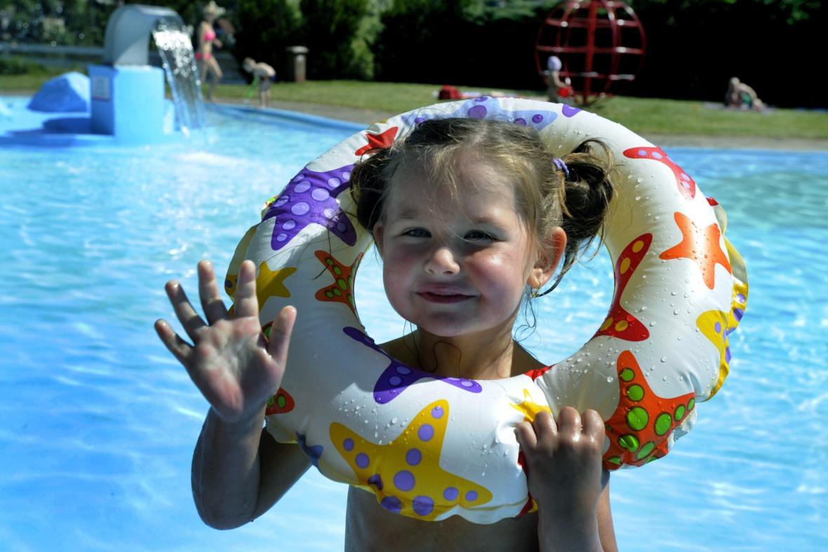 Ve venkovních bazénech začala letní sezona