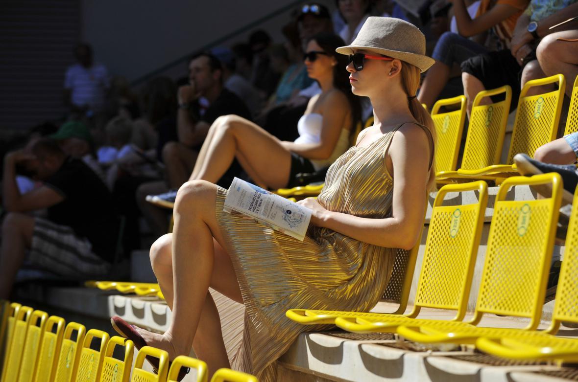 Diváci na Karlovarském karnevalu se musí chránit před ostrým sluncem