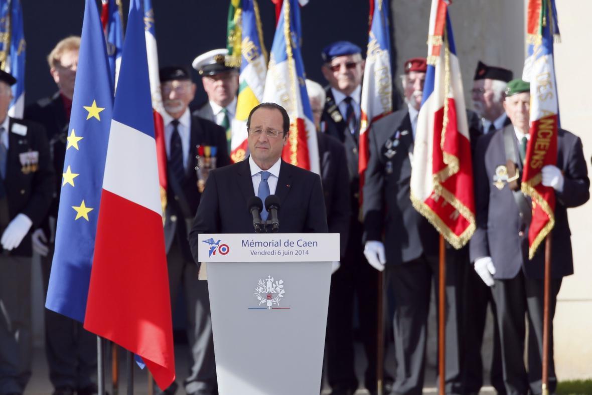 Francois Hollande se účastní obřadu na počest civilních obětí v Caen