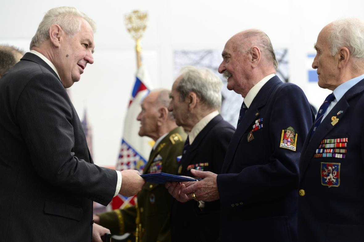 Prezident Miloš Zeman se setkal na letišti v Praze-Kbelích s válečnými veterány
