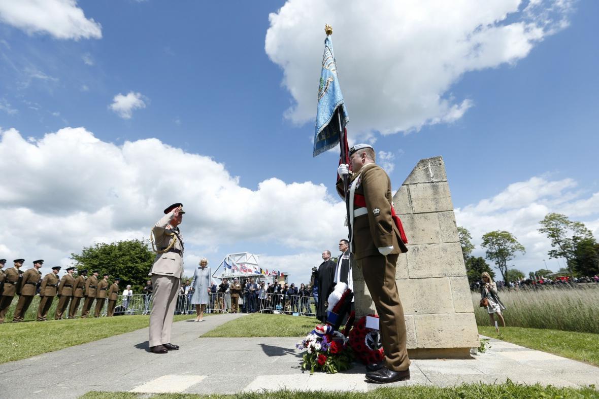 Princ Charles s veterány v Normandii