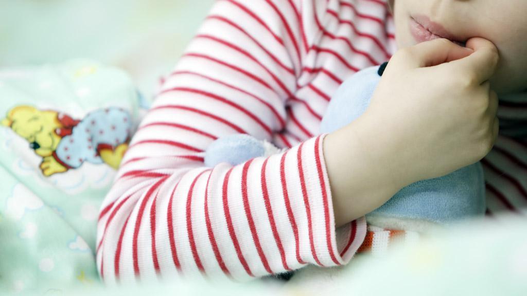Dítě se ukládá ke spánku v mateřské škole