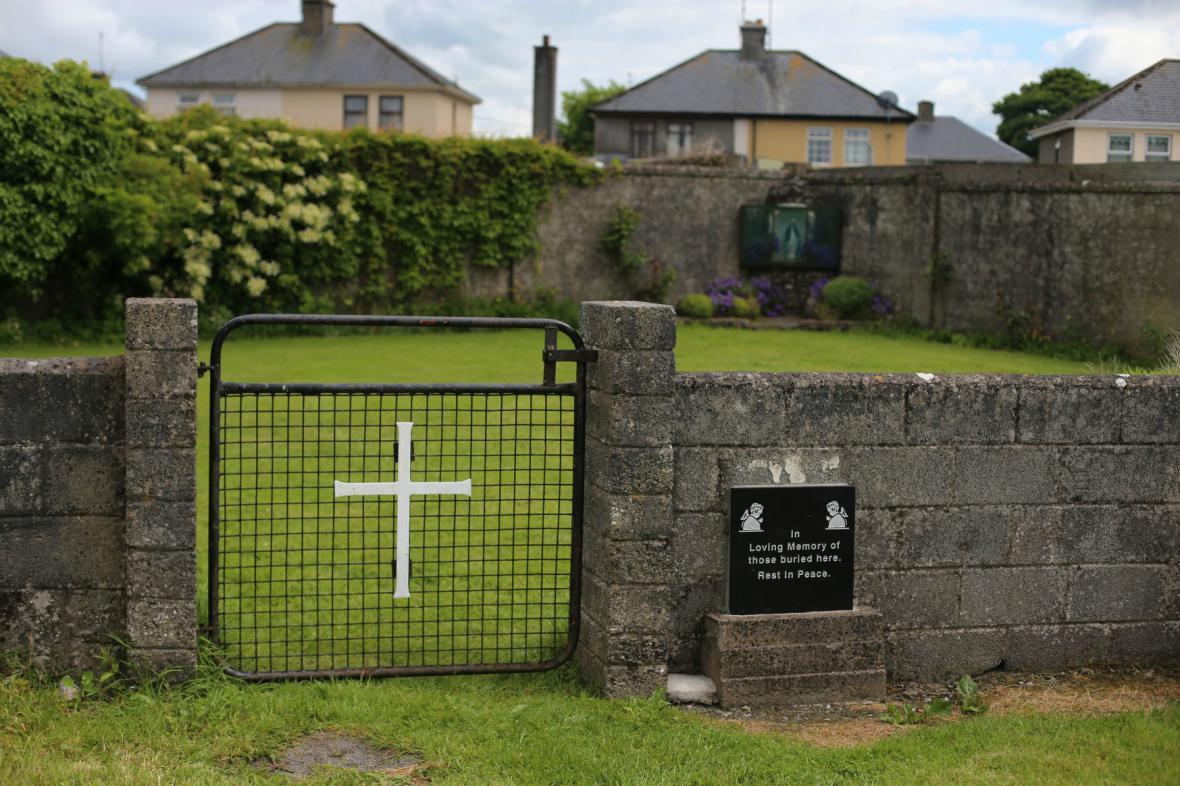 U sirotčince v irském Tuamu byly pohřbeny stovky dětí