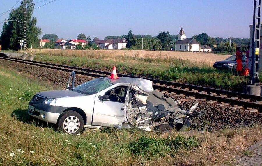 Automobil po srážce s vlakem na Opavsku