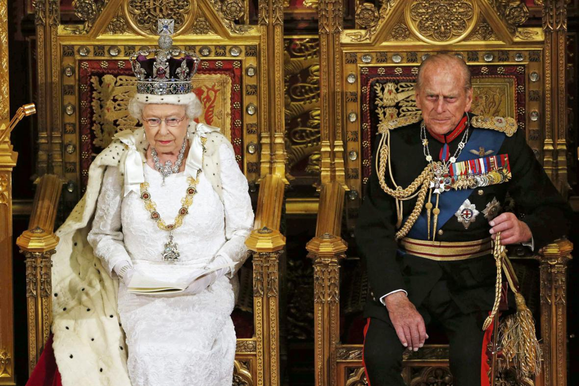 Královna Alžběta II. a princ Philip při tradičním projevu v britském parlamentu