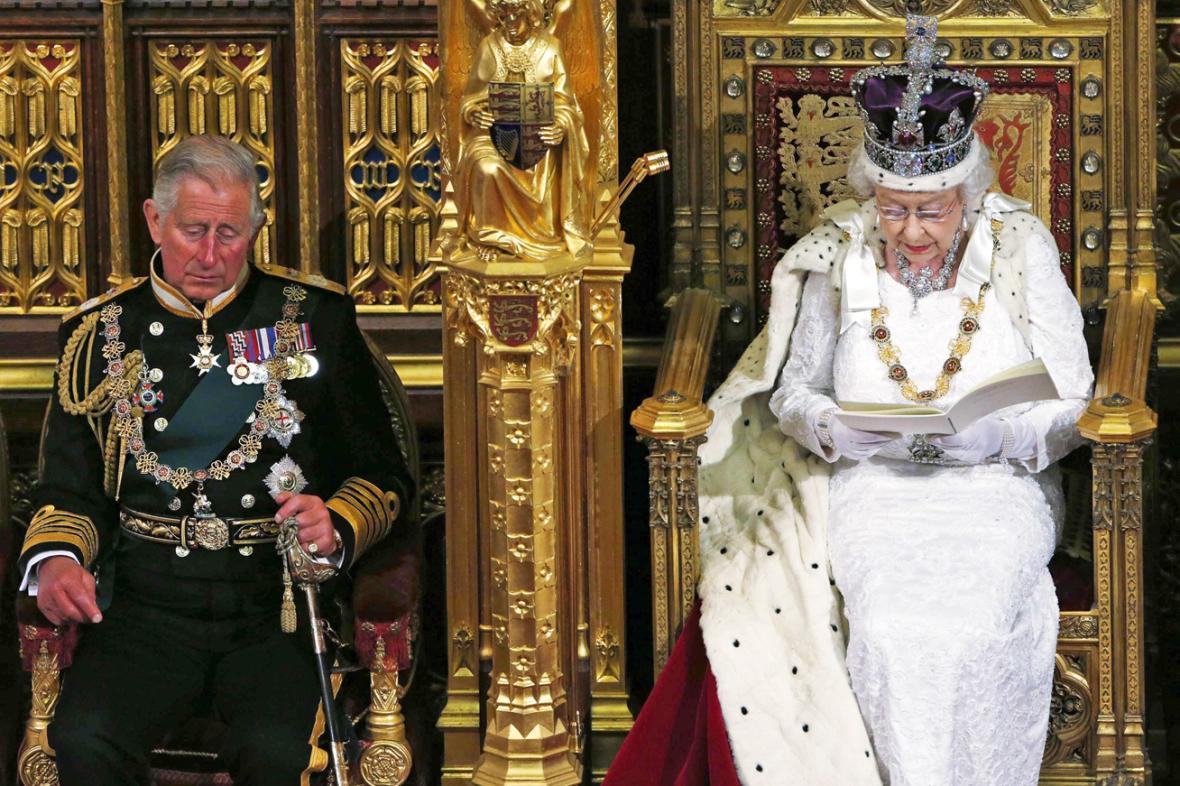 Královna Alžběta II. a princ Charles při tradičním projevu v britském parlamentu