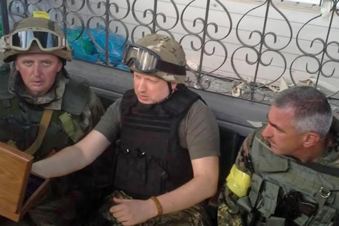 Oleksandr Turčynov na armádním postu u Slavjansku
