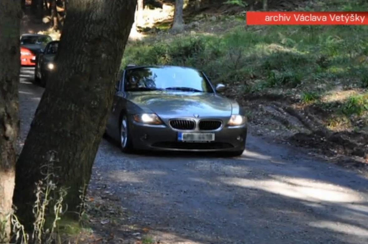 Kolona luxusních BMW na Šumavě
