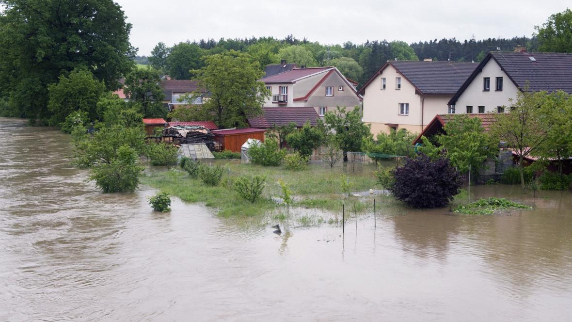 Voda z řeky Malše zaplavila obec Plav na Českobudějovicku