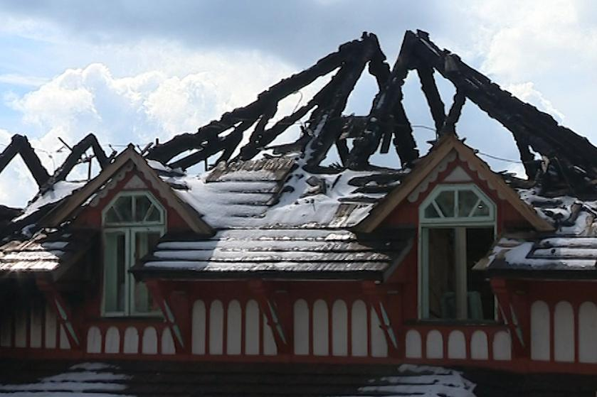 Zbytky vyhořelé turistické chaty