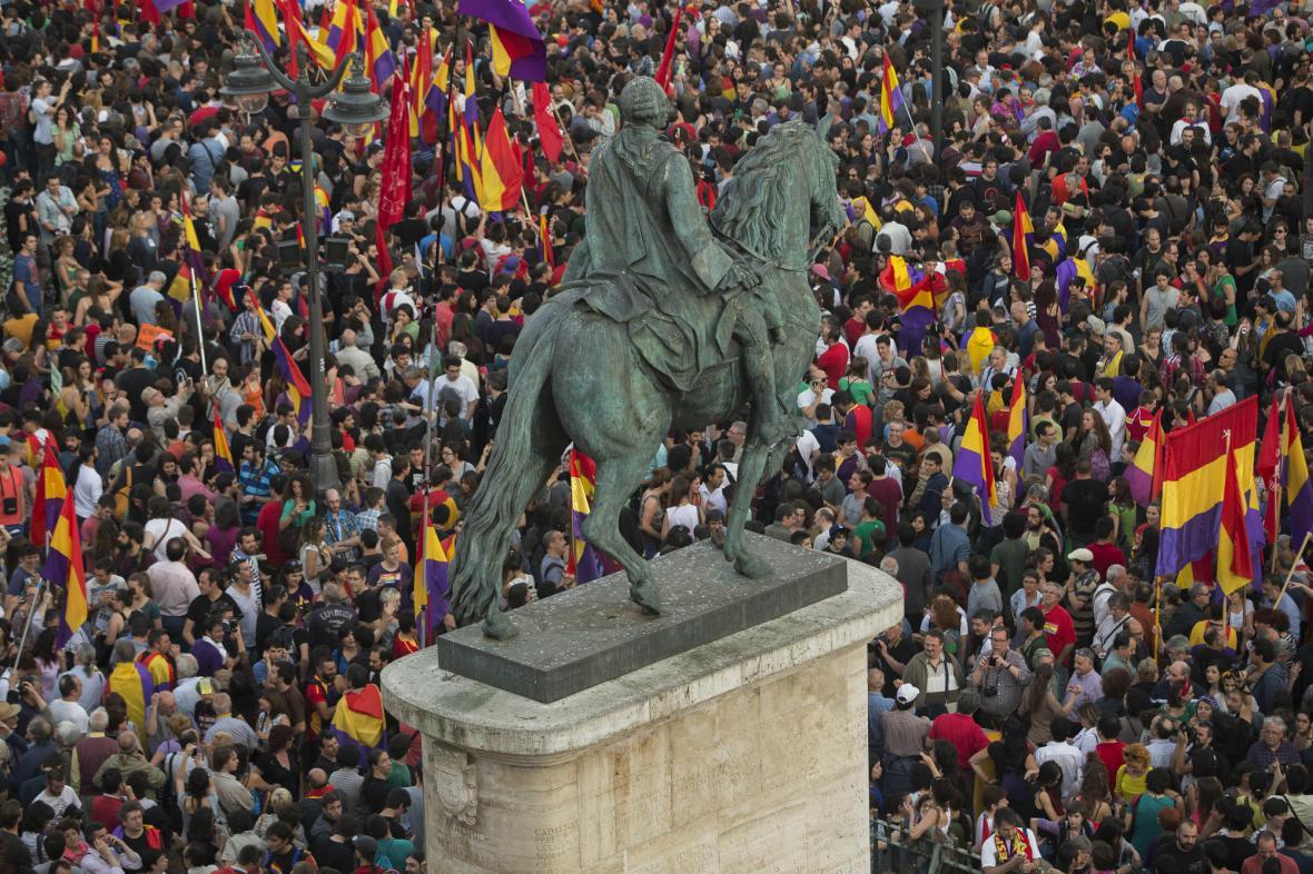 V centru Madridu se po oznámení královy abdikace shromáždili zastánci republiky