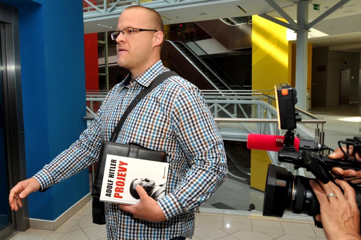 Vydavatel Pavel Kamas s knihou Hitlerových projevů