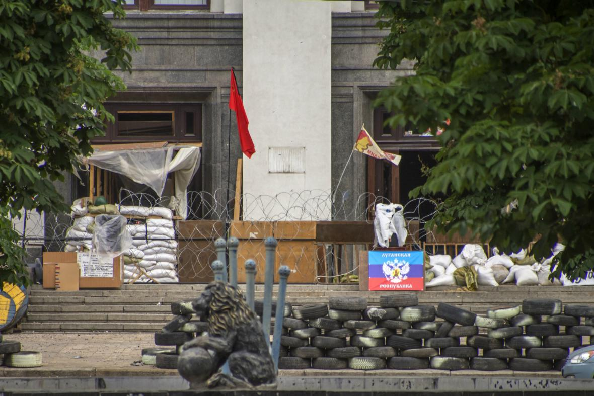 Zabarikádovaný štáb povstalců v Luhansku