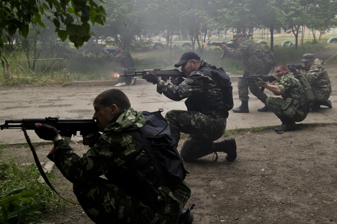 Proruští rebelové v boji s ukrajinskou armádou