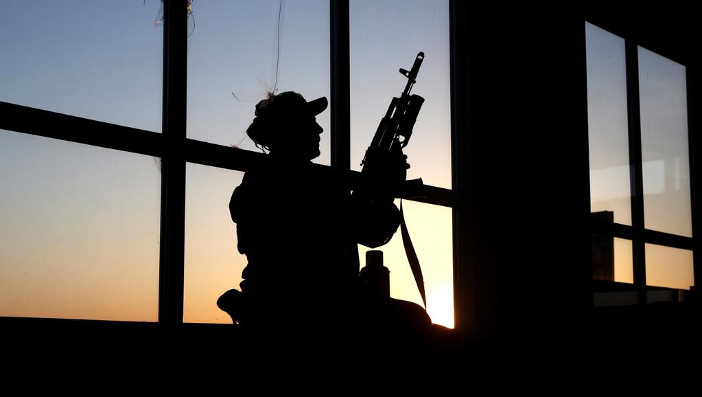 Ozbrojenec střežící objekt ve Slavjansku
