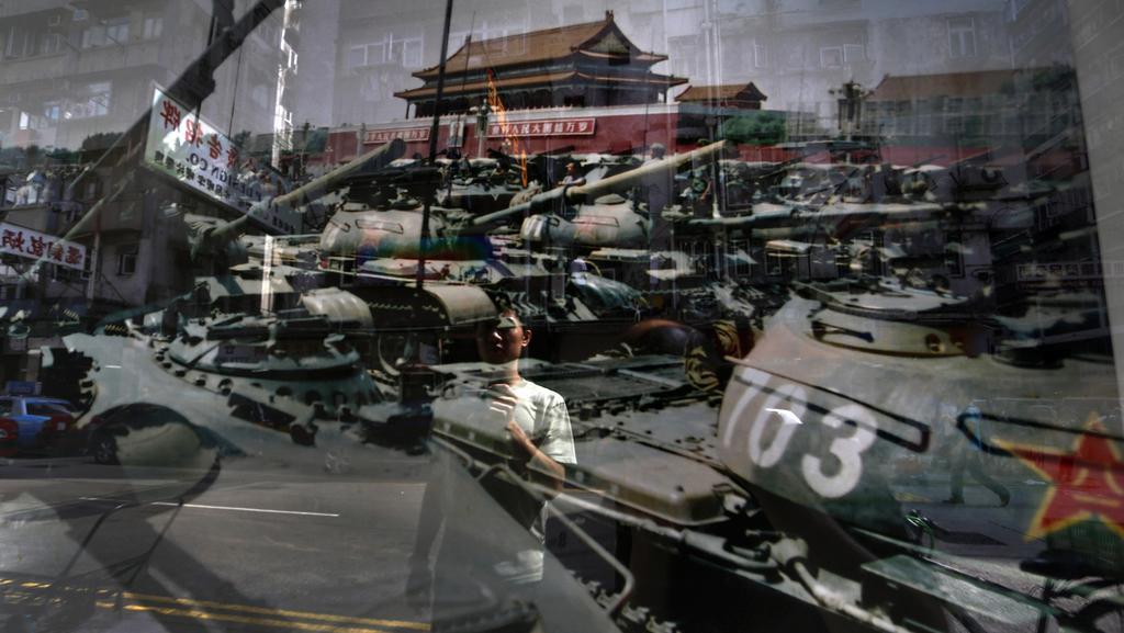 Výjev z výstavy věnované potlačení protestů