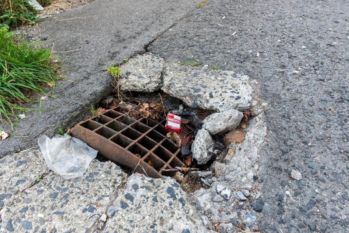Poničená silnice