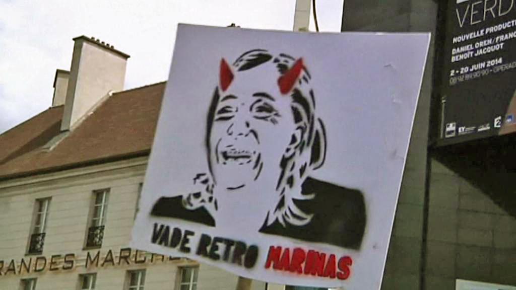Demonstrace proti Marine Le Penové